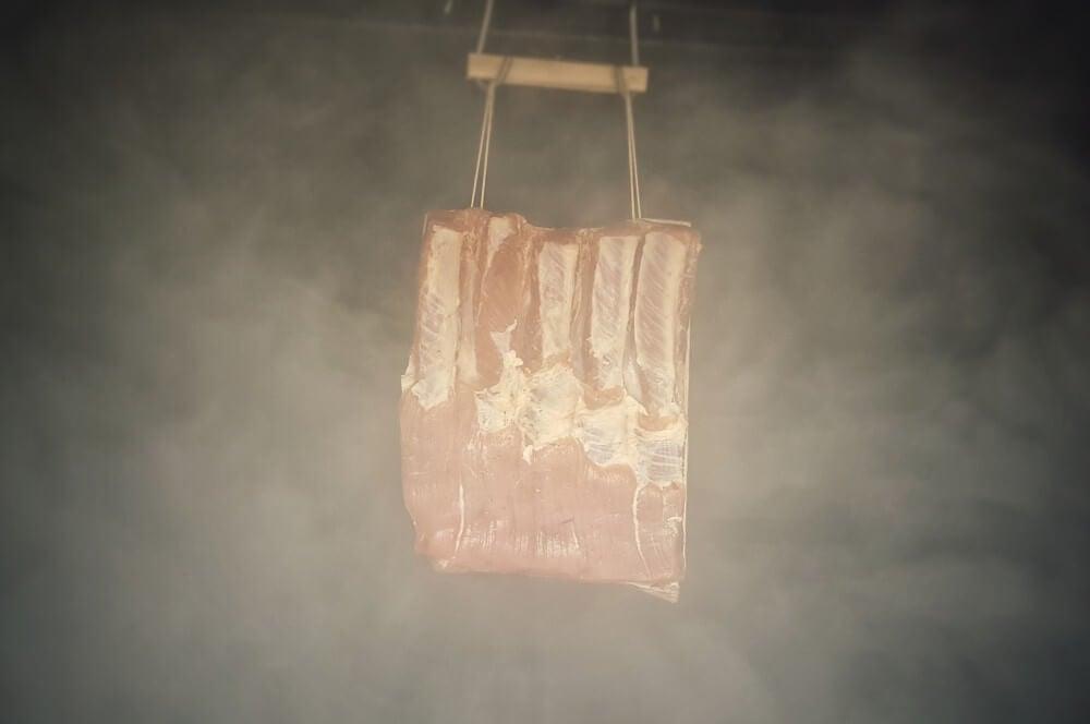Der Schweinebauch wird mit Buchenspänen geräuchert bacon selber machen-Bacon selber machen Fruehstuecksspeck raeuchern 05-Bacon selber machen – Frühstücksspeck pökeln und räuchern