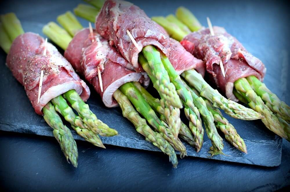 Die Roastbeef-Spargelröllchen sind bereit für den Grill roastbeef-spargelröllchen-Roastbeef Spargelroellchen Parmesan Sauce 05-Roastbeef-Spargelröllchen mit Parmesan-Sauce