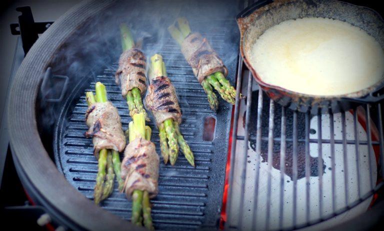 Roastbeef-Spargelröllchen mit Parmesan-Sauce