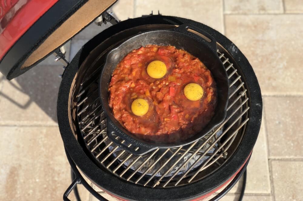 Die Eier werden mit in die Pfanne gegeben shakshuka-Shakshuka vom Grill 03-Shakshuka – Rezept für das israelische Nationalgericht