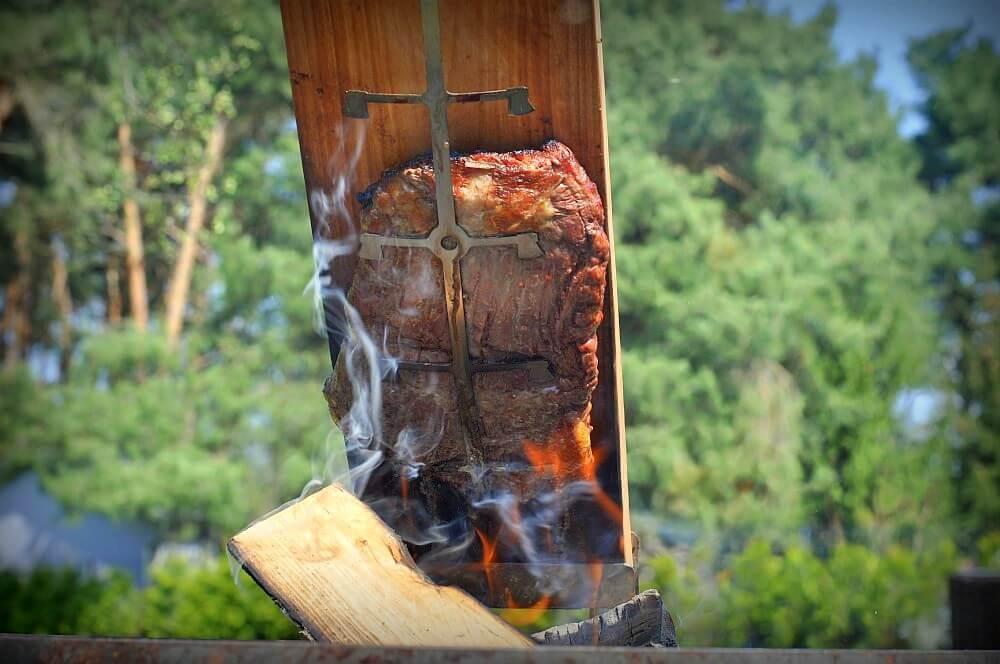 Das Flank Steak wird über der Flamme gegrillt flamm-flank-steak-Flamm Flank Steak Flammlachsbrett 03-Flamm-Flank-Steak mit Birnen-Salsa