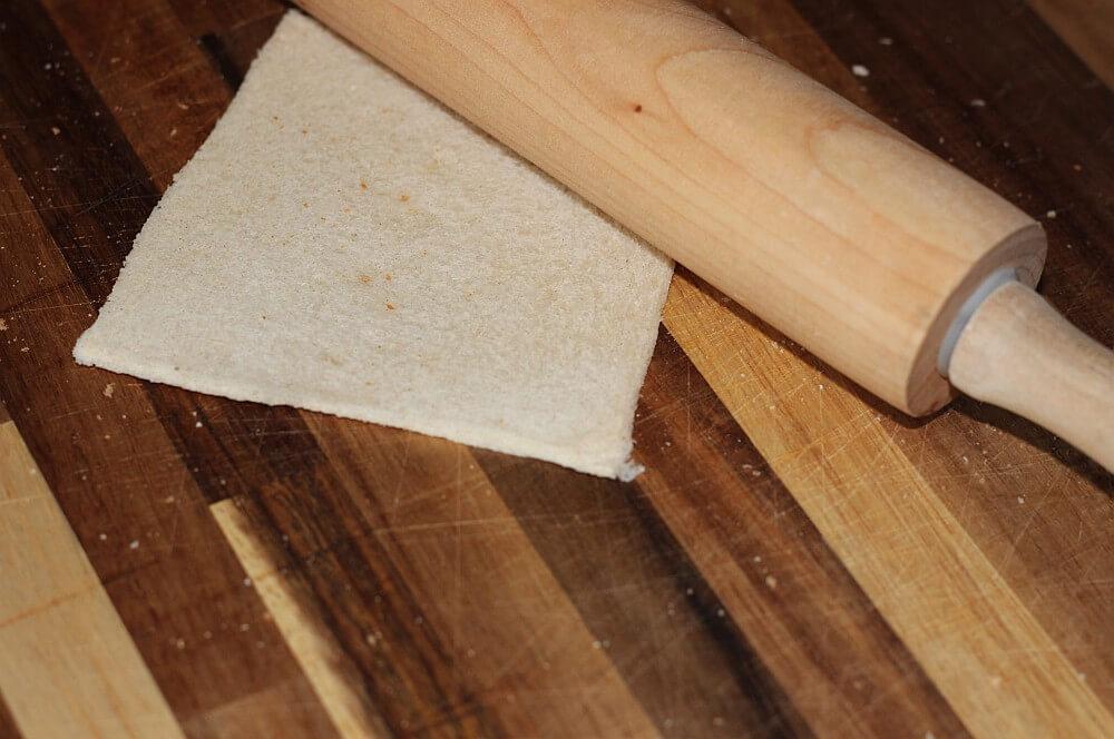 Der Toast wird flach ausgerollt gemüse-muffins-Gemuesemuffins Toast Vegetarische Muffins 04-Gemüse-Muffins – Vegetarische Muffins im Toast vom Grill