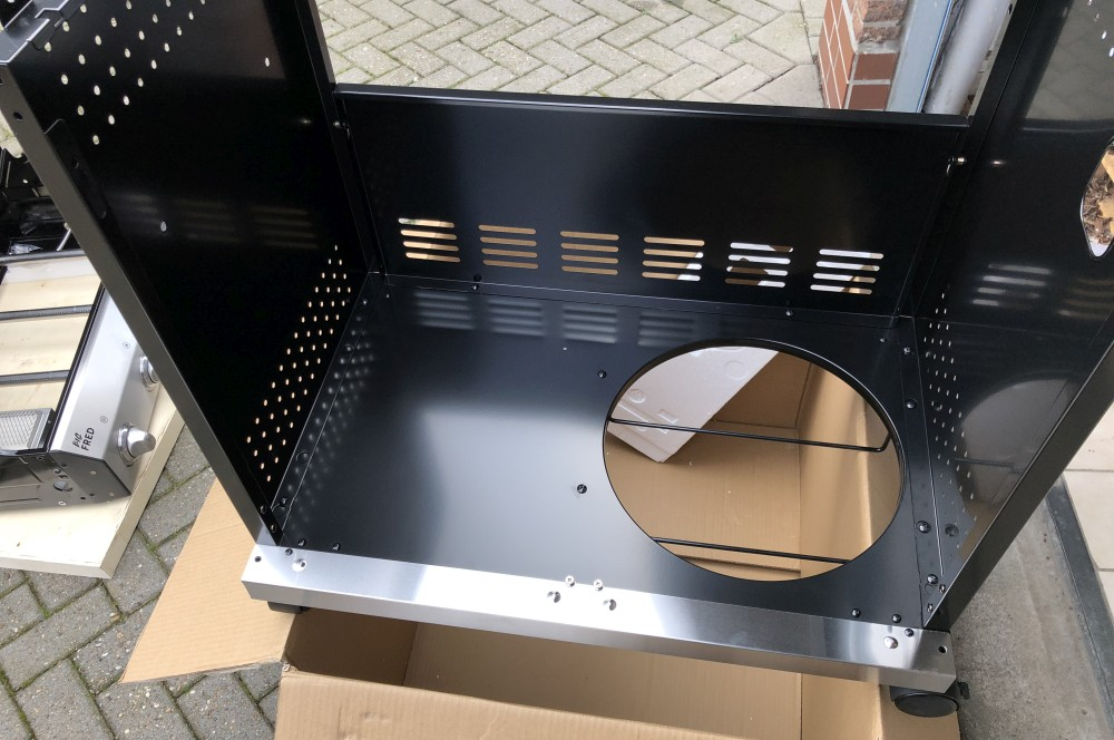 Der Unterschrank des Big Fred Deluxe wird zusammen gebaut burnhard gasgrill big fred deluxe-Burnhard Gasgrill Big Fred Deluxe Springlange 05-Burnhard Gasgrill Big Fred Deluxe im Test – 800°C Grill für 659€