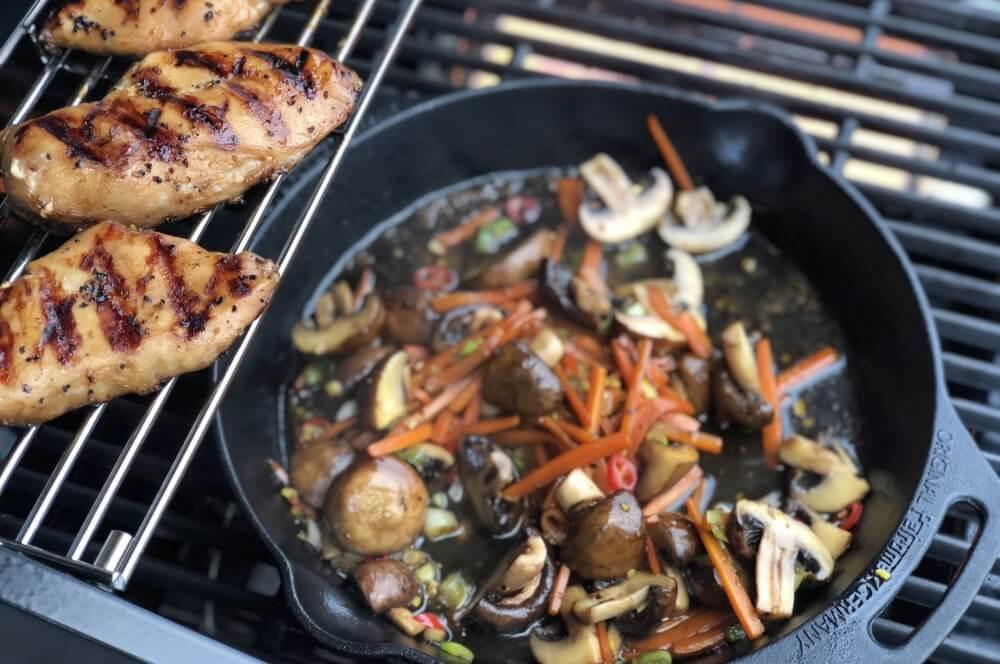 Das Hähnchen wir indrekt gar gezogen chicken teriyaki-Chicken Teriyaki gebratenes Gemuese 07-Chicken Teriyaki auf gebratenem Gemüse
