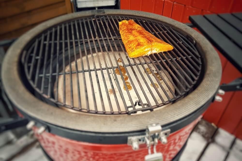 Der Lachs wird auf dem Kamado Joe indirekt gegrillt pulled lachs burger-Pulled Lachs Burger 02-Pulled Lachs Burger mit Krabben