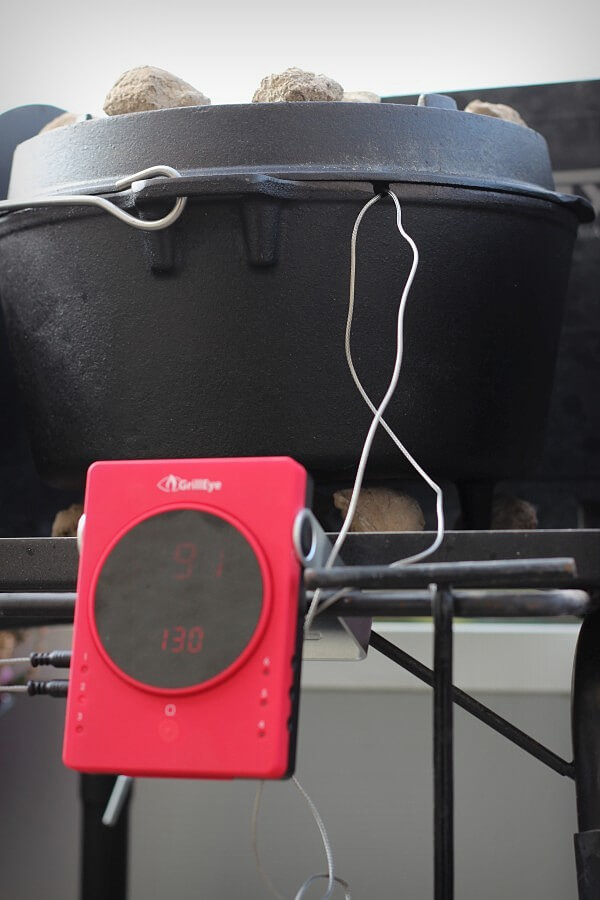Die Fühlerkabel werden aus dem Dutch Oven geführt pulled pork aus dem dutch oven-Pulled Pork Dutch Oven 09-Pulled Pork aus dem Dutch Oven
