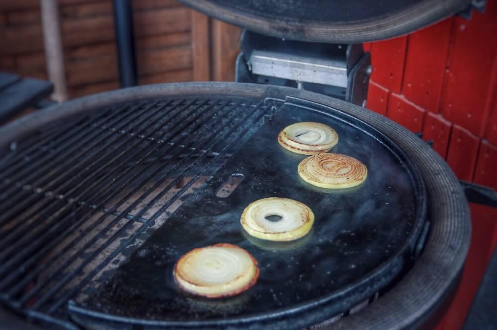 Die Zwiebelringe werden auf der Gussplatte angebraten smashed burger-Smashed Burger 02-Smashed Burger – maximaler Geschmack durch maximale Röstaromen