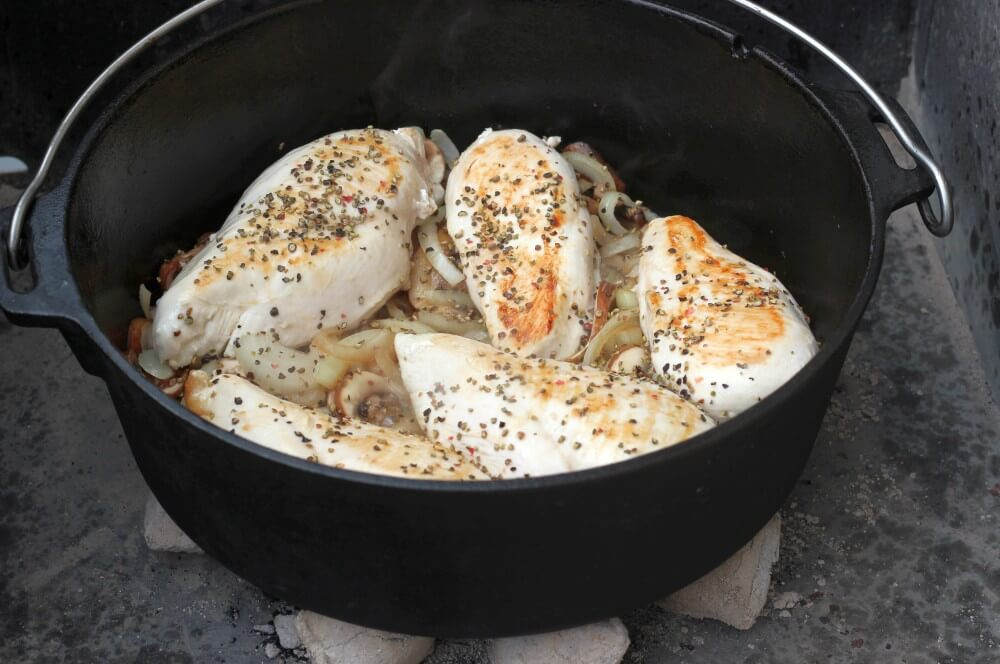 Die Hähnchenbrustfilets garen auf den Zwiebeln und Champignons ananas-curry-hähnchen-Ananas Curry Haehnchen Dutch Oven 03-Ananas-Curry-Hähnchen aus dem Dutch Oven