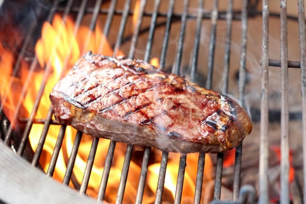 Steak auf dem Kamado Joe Classic II Keramikgrill black angus roastbeef-Tomaten Knoblauch Sugo Black Angus Roastbeef 04-Black Angus Roastbeef-Steak mit Tomaten-Knoblauch-Sugo
