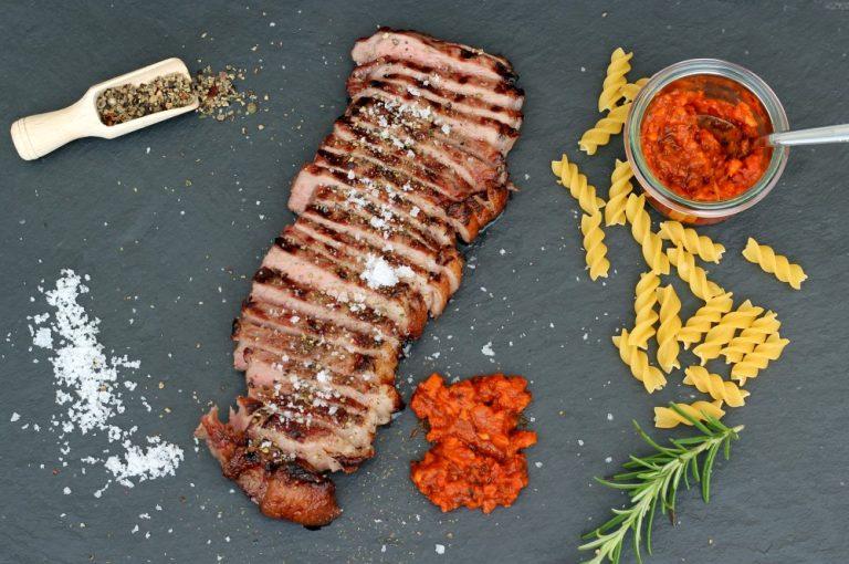 Black Angus Roastbeef-Steak mit Tomaten-Knoblauch-Sugo