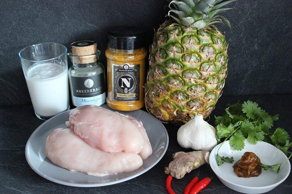 Alle Zutaten für die gefüllte Ananas mit Hähnchen Curry auf einen Blick gefüllte ananas-Gefuellte Ananas Haehnchen Curry 01-Gefüllte Ananas mit Hähnchen Curry