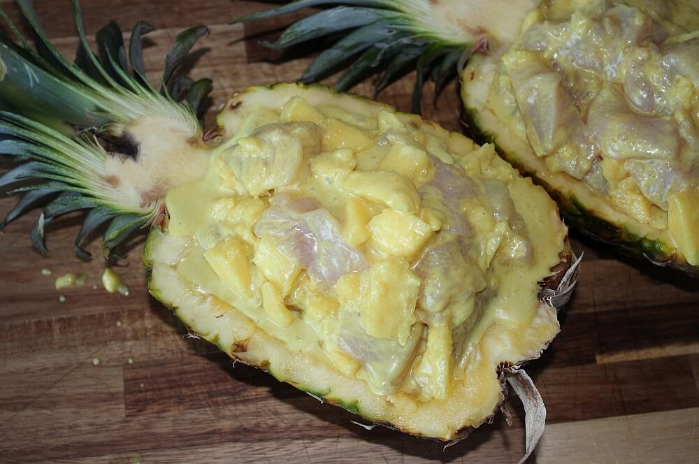 Die gefüllte Ananas ist bereit für den Grill gefüllte ananas-Gefuellte Ananas Haehnchen Curry 02-Gefüllte Ananas mit Hähnchen Curry gefüllte ananas-Gefuellte Ananas Haehnchen Curry 02-Gefüllte Ananas mit Hähnchen Curry
