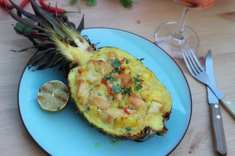 Gefüllte Ananas mit Hähnchen Curry