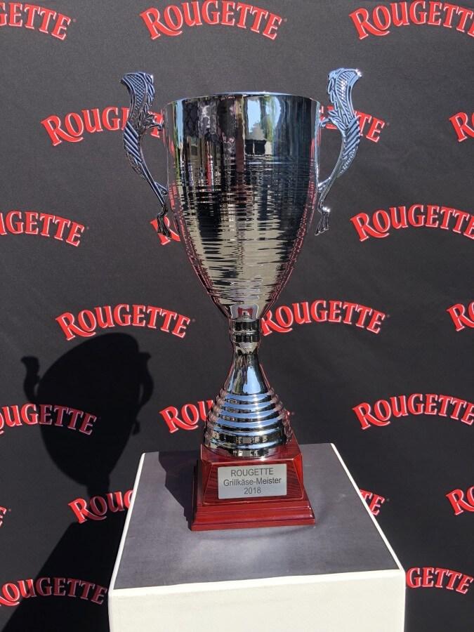 Der Pokal für den ROUGETTE Grillkäse-Meister 2018 rougette grillkäse-meisterschaft-ROUGETTE Grillkaese Meisterschaft 2018 Koeln 01-ROUGETTE Grillkäse-Meisterschaft 2018 in Köln
