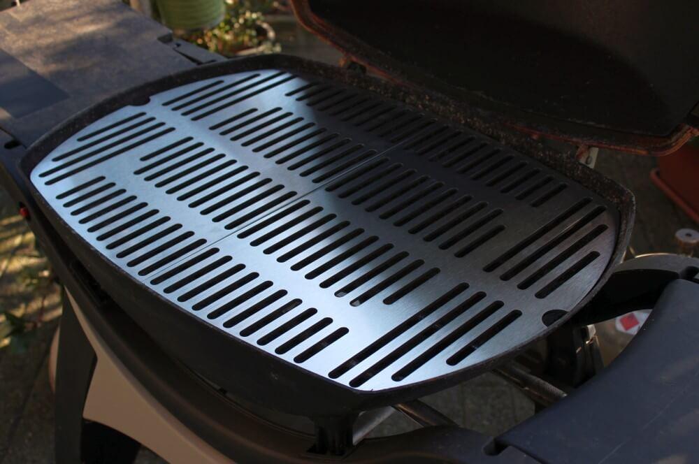 Zweiteiliger Edelstahl-Grillrost für Weber Q300 von Grillrost.com edelstahl-grillrost für weber q300-Edelstahl Grillroste Weber Q Serie 3000 Grillplatte 03-Edelstahl-Grillrost für Weber Q300 Q3000 Grill Ersatzroste für Q-Serie