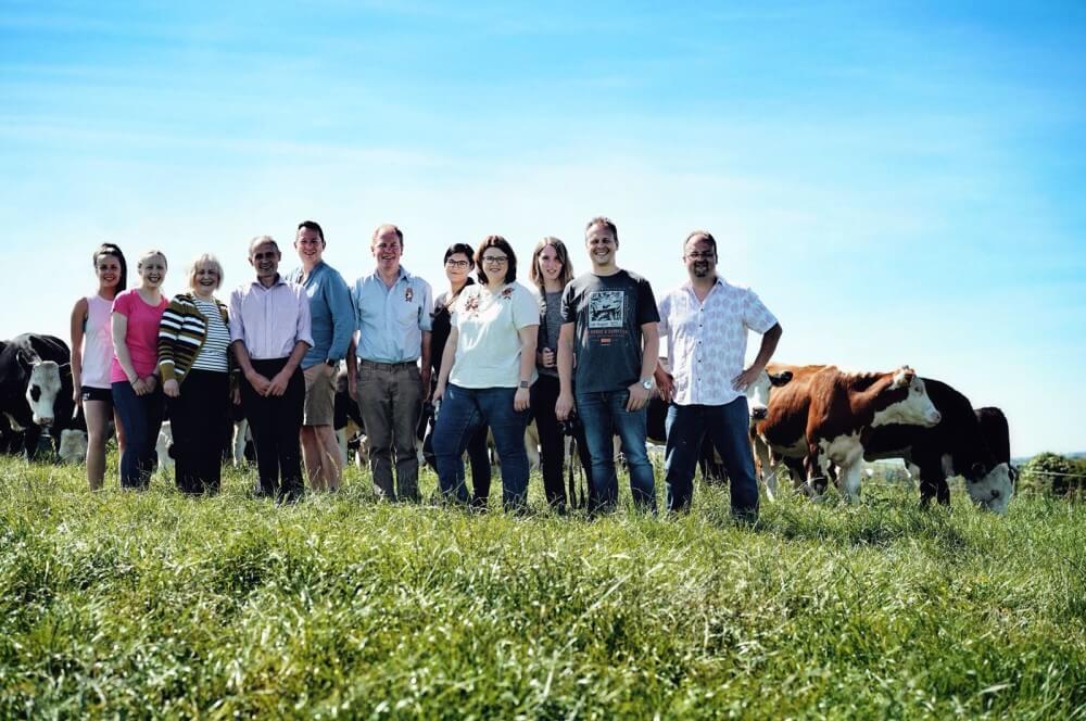 Gruppenfoto auf der Weide  irland-reise-Kerrygold Bloggerreise Irland Weidehaltung Rinderzucht 01-Irland-Reise 2018 mit Kerrygold