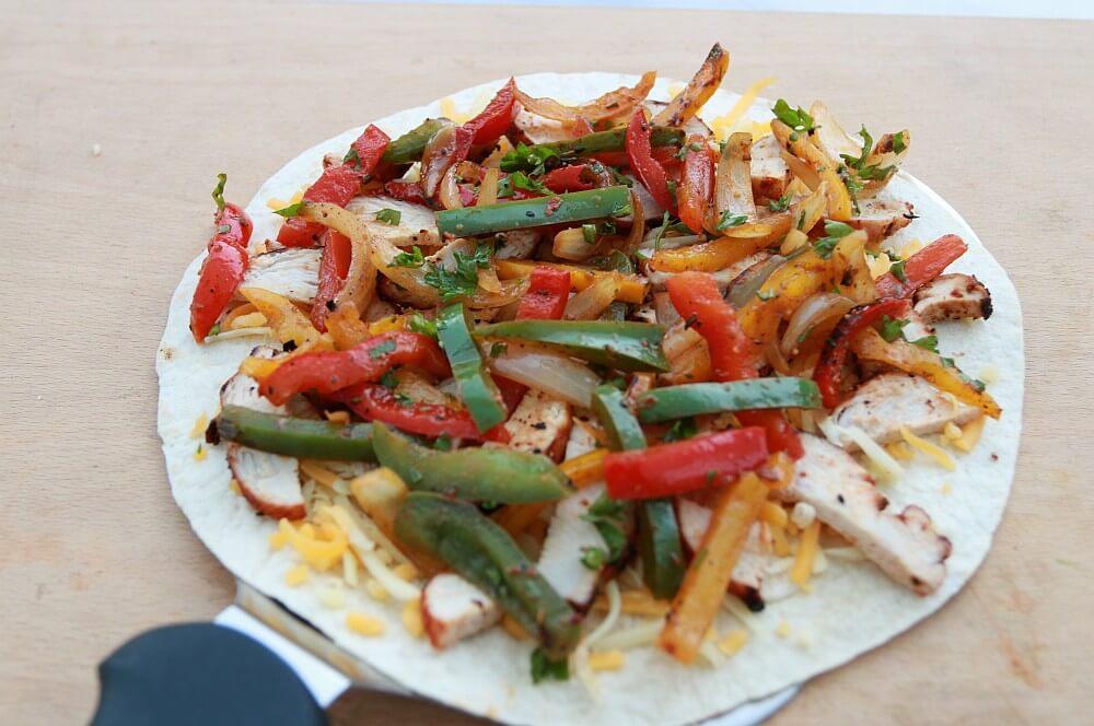 Die Tortilla-Wraps werden belegt chicken-quesadillas-Chicken Quesadillas 03-Chicken-Quesadillas mit Paprika, Käse und Zwiebeln