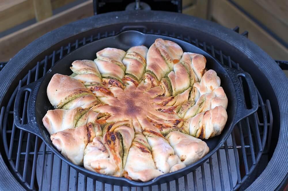 Pesto-Sonne auf dem Kamado Joe pesto-sonne-Pesto Sonne Pesto Blume Cheddar 04-Pesto-Sonne / Pesto-Blume vom Grill – Partybrot mit Cheddar