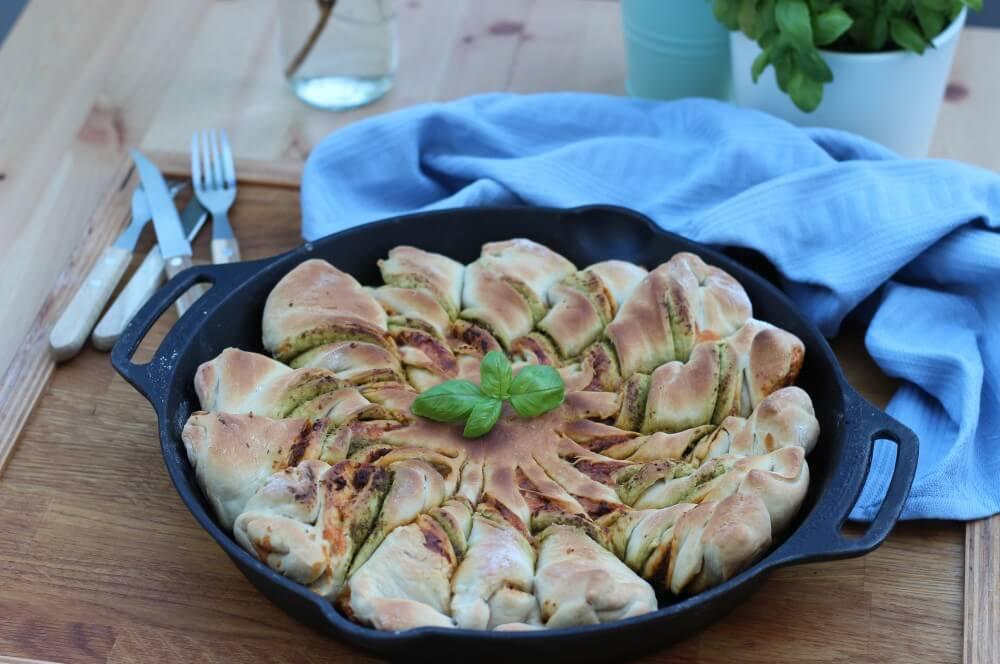 Pesto-Sonne in der Petromax Feuerpfanne pesto-sonne-Pesto Sonne Pesto Blume Cheddar 05-Pesto-Sonne / Pesto-Blume vom Grill – Partybrot mit Cheddar