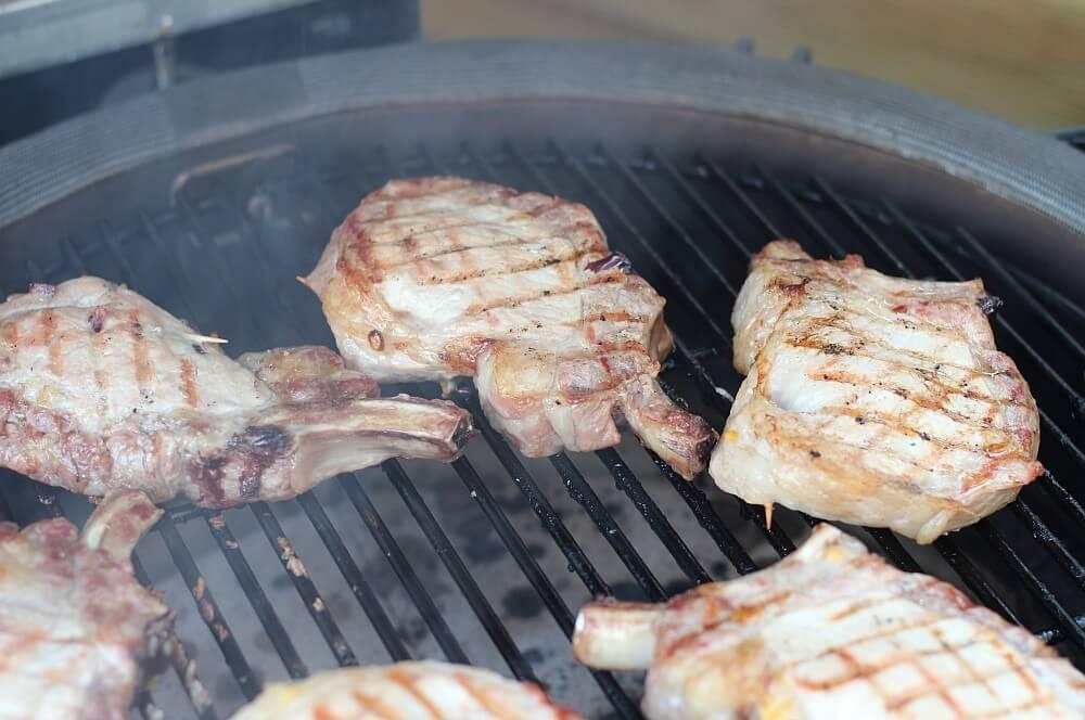 Фаршированные свиные отбивные на керамическом гриле Kamado Joe фаршированные свиные отбивные-заполненные свиные отбивные чеддер Бэкон 05-фаршированные свиные отбивные с беконом и чеддером