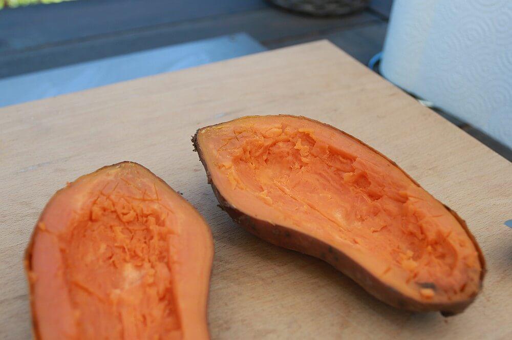 Die Süßkartoffeln werden ausgehölt gefüllte süßkartoffeln-Gefuellte Suesskartoffeln orientalisch 03-Gefüllte Süßkartoffeln orientalische Art
