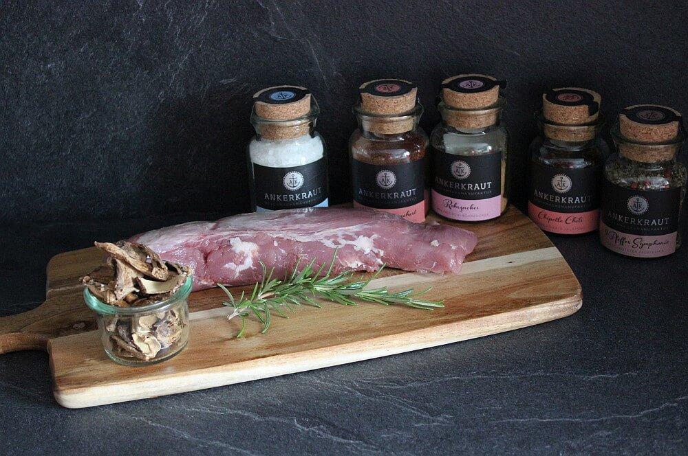 Alle Zutaten für Schweinefilet mit Steinpilz-Rub auf einen Blick schweinefilet mit steinpilz-rub-Schweinefilet Steinpilz Rub Planke 01-Schweinefilet mit Steinpilz-Rub von der Planke