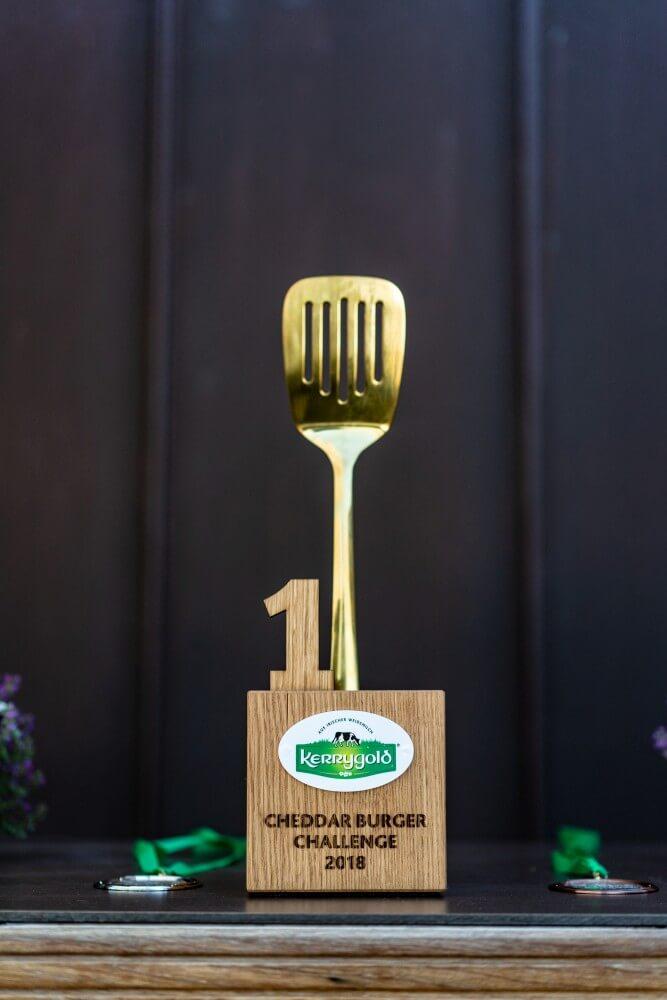 Der Pokal für den Kerrygold Cheddar Burger Challenge Champion kerrygold cheddar burger challenge-Kerrygold Cheddar Burger Challenge 2018 19-Kerrygold Cheddar Burger Challenge – Das Finale in Hamburg