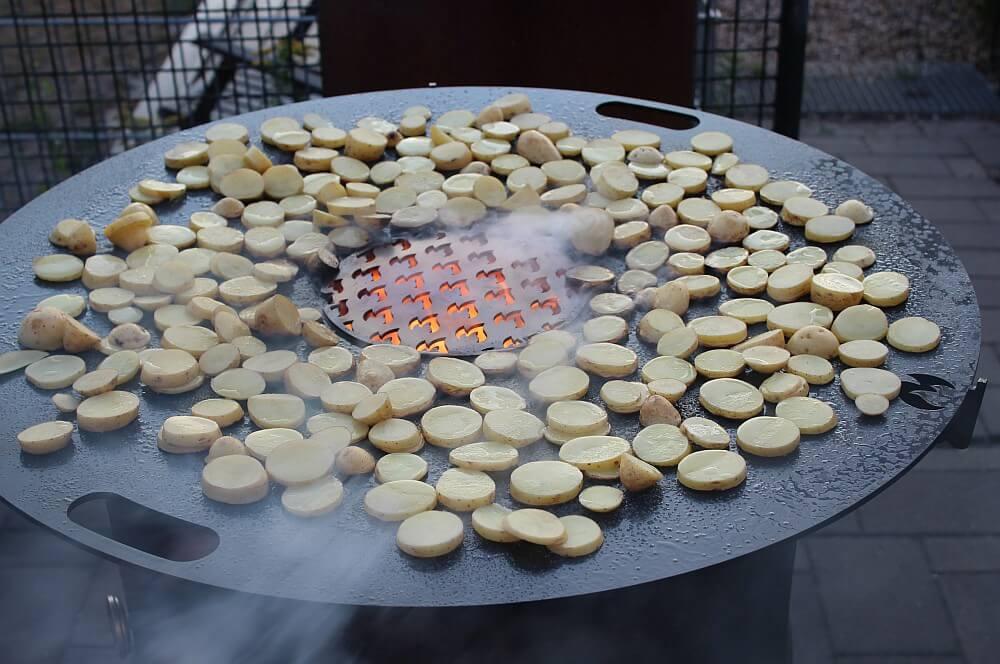 Die Feuerplatte von Grillrost-com wird mit Öl, Salz und Kartoffelscheiben eingebrannt feuerplatte-Feuerplatte Grillrostcom 06-Feuerplatte von Grillrost.com im BBQPit-Test