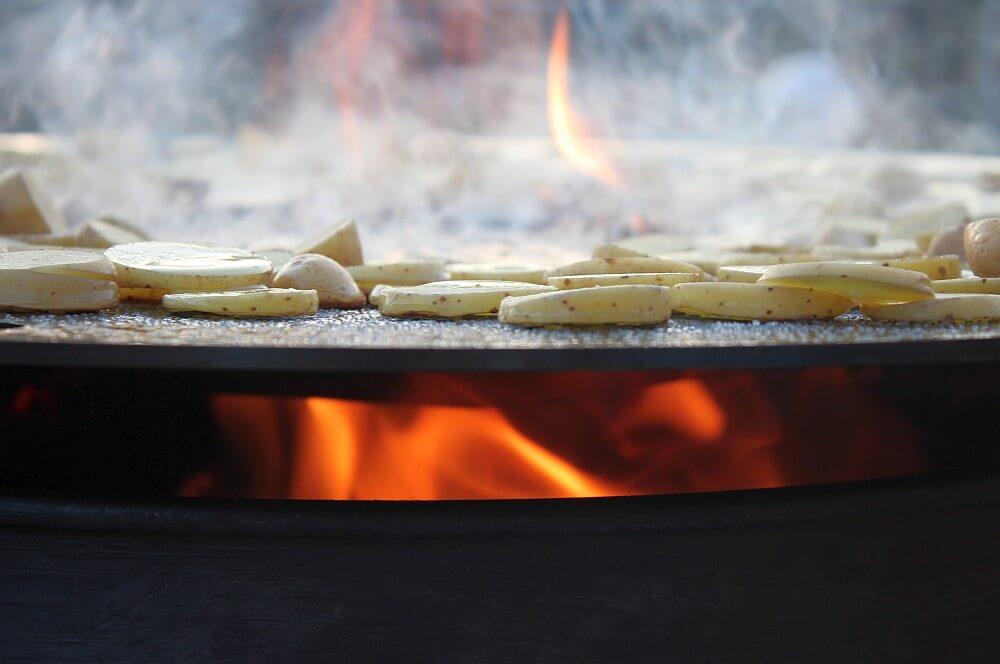 Die Feuerplatte wölbt sich beim EInbrennen nach unten feuerplatte-Feuerplatte Grillrostcom 07-Feuerplatte von Grillrost.com im BBQPit-Test