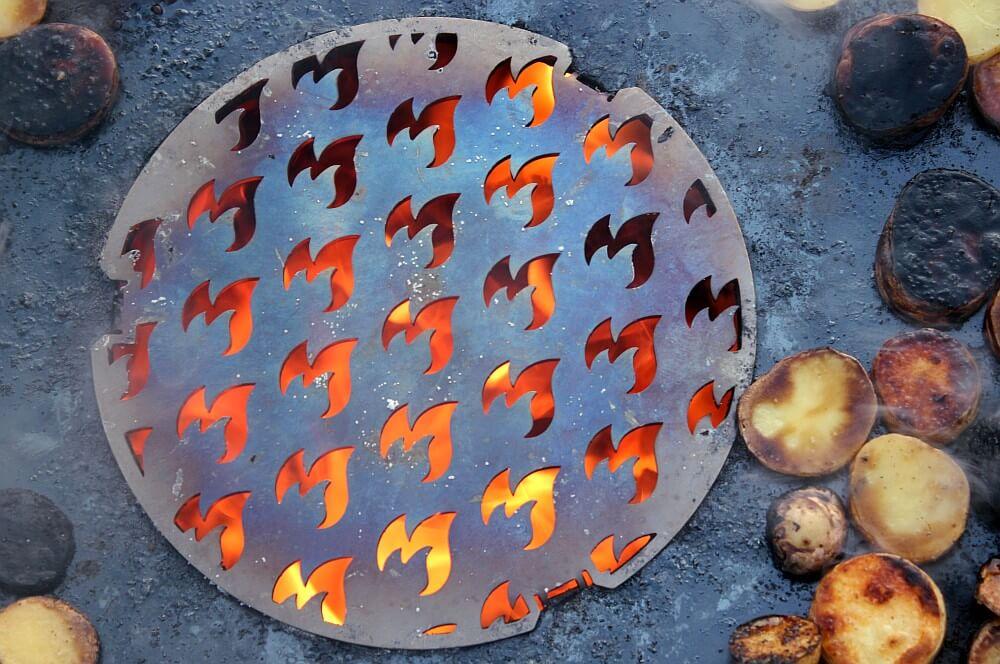 Grilleinsatz für die Feuerplatte feuerplatte-Feuerplatte Grillrostcom 14-Feuerplatte von Grillrost.com im BBQPit-Test