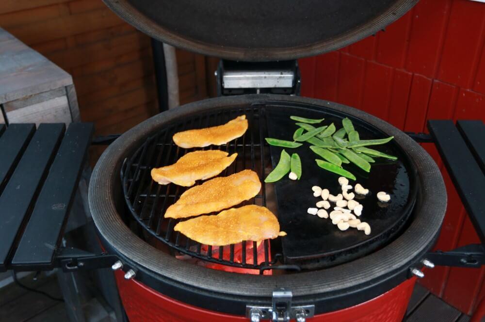 Die Hähnchenbrust wird direkt, die Toppings indirekt gegrillt ananas-mango-chickenburger-Ananas Mango Chickenburger 04-Ananas-Mango-Chickenburger – der fruchtig-würzige Hähnchenburger ananas-mango-chickenburger-Ananas Mango Chickenburger 04-Ananas-Mango-Chickenburger – der fruchtig-würzige Hähnchenburger