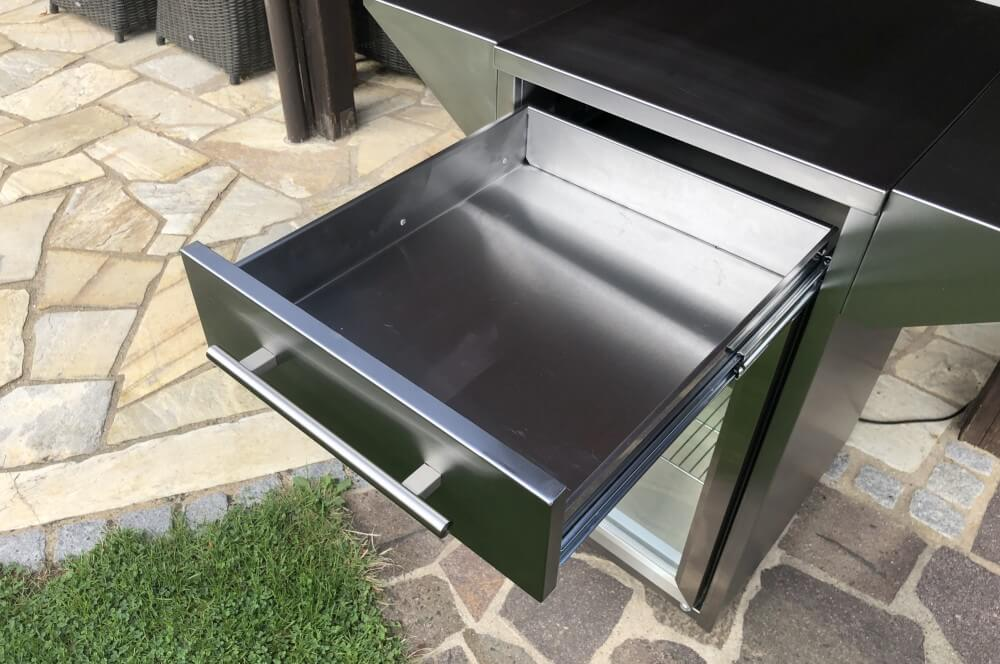 Zusätzlicher Stauram dank Schublade im Gehäuse des Rollwagens  outdoor-kühlschrank-Caso BBQ Cooler Counter Cool Outdoor Kuehlschrank 06-Outdoor-Kühlschrank  – der CASO Barbecue Cooler Counter & Cool
