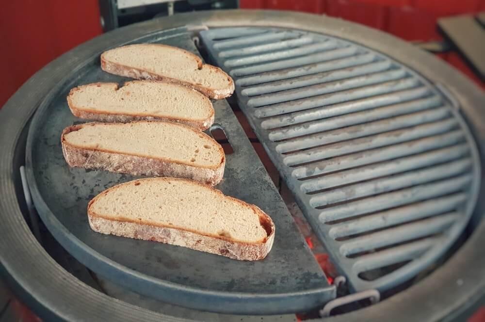 Die Brotscheiben werden angeröstet abendbrot-Abendbrot Stulle Steakstulle Steak Sandwich 02-Abendbrot – Steakstulle Deluxe