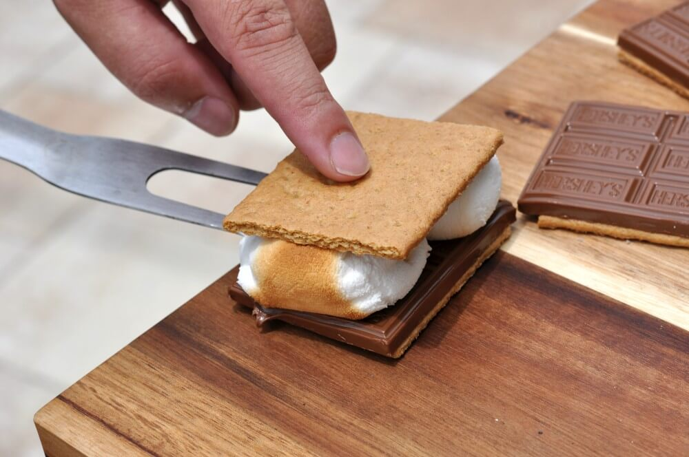 S'Mores s'mores-Smores Schokolade Marshmallows Keks 03-S'Mores – Süßes Sandwich mit Keksen, Marshmallows und Schokolade