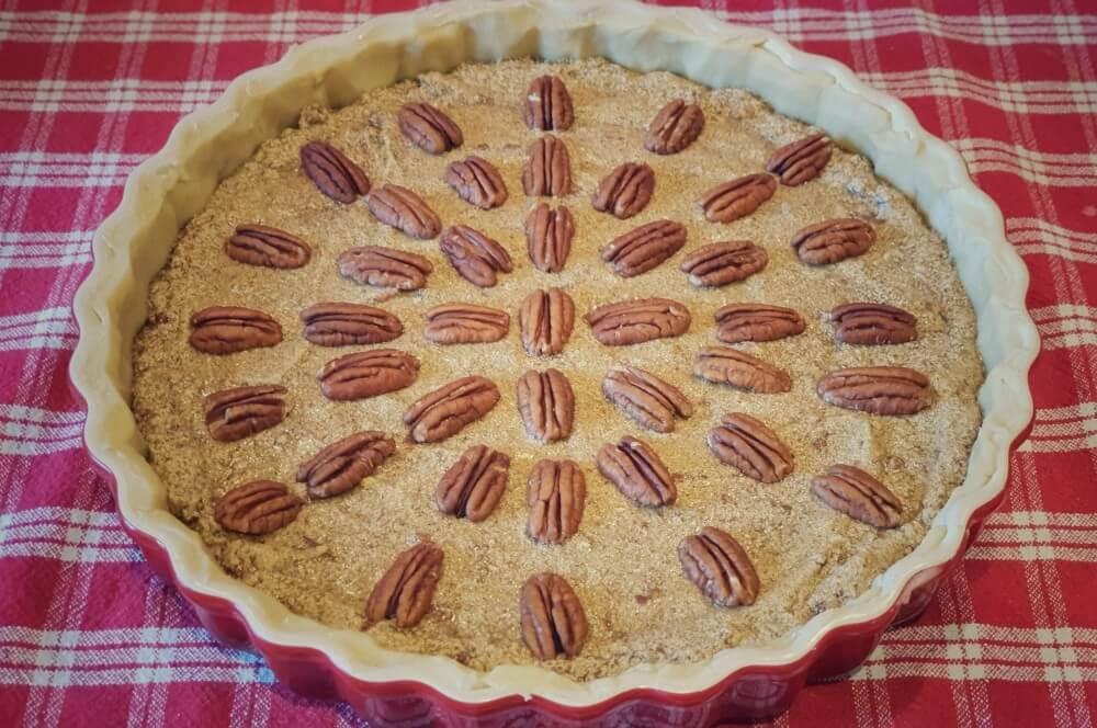 Die Pekannusskerne werden dekorativ auf dem Pecan Pie platziert pecan pie-Pecan Pie Pekannusskuchen 03-Pecan Pie – amerikanischer Pekannusskuchen