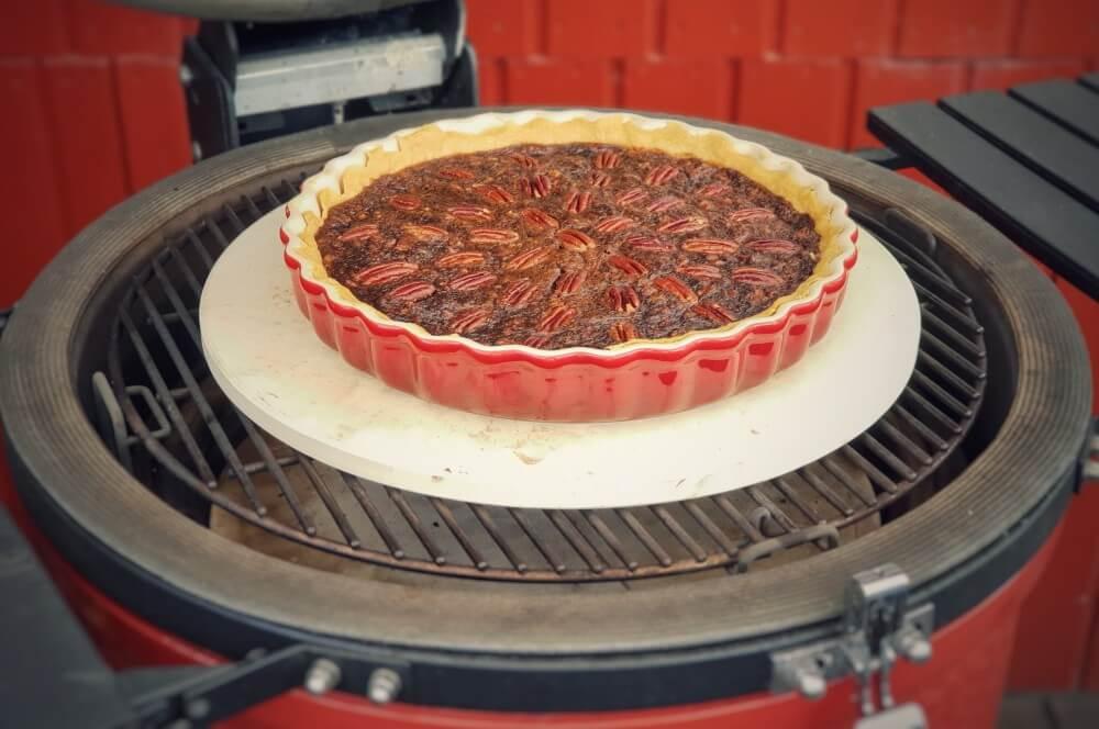 Der Pecan Pie wird im Kamado Joe Keramikgrill gebacken pecan pie-Pecan Pie Pekannusskuchen 04-Pecan Pie – amerikanischer Pekannusskuchen