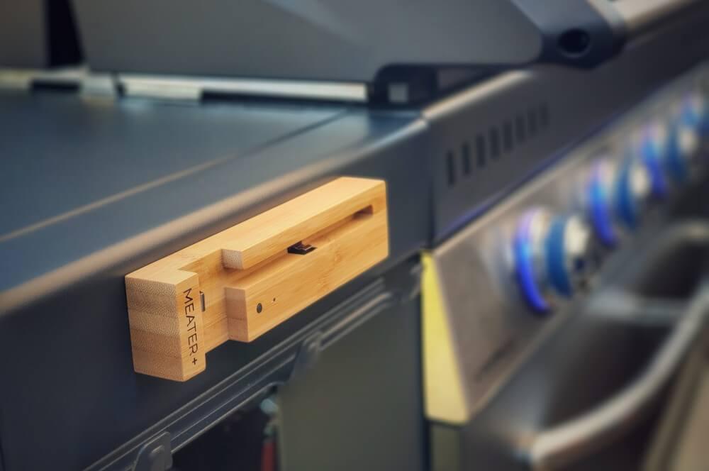 Der magnetische Holzblock des MEATER Plus wird am Grill befestigt meater plus-MEATER Plus Test 03-MEATER Plus – das kabellose Grillthermometer mit erhöhter Reichweite