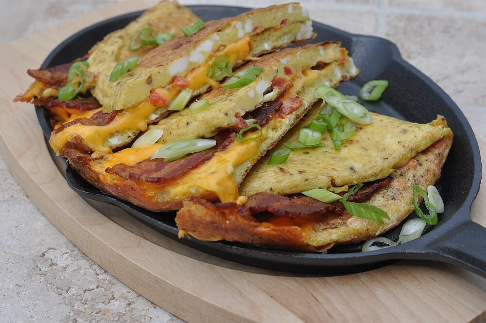 Omelett mit Bacon und Cheddar aus der Gusspfanne  omelett-Omelett Cheddar Bacon 06-Omelett mit Bacon & Cheddar