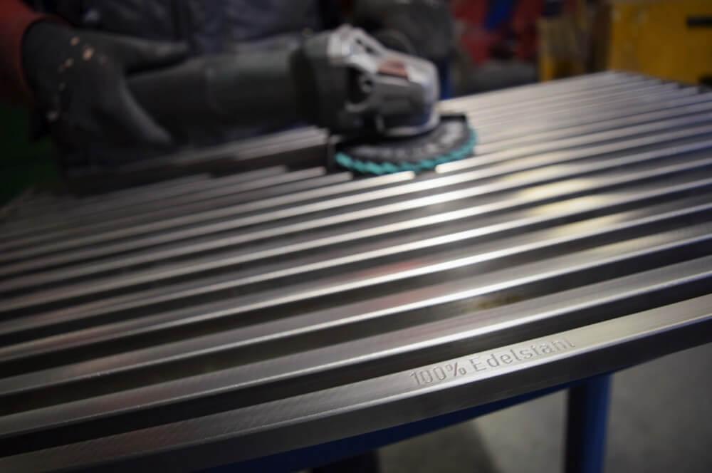 Grillrost wird auf Hochglanz poliert grillrost.com-Grillrost-Grillrost.com – Zu Besuch in der Produktion in Ehingen an der Donau