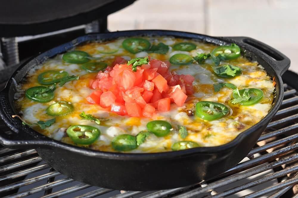 Queso Fundido in der Gusspfanne queso fundido-Queso Fundido mexikanischer Kaese Dip 04-Queso Fundido – mexikanischer Käse-Dip mit Hackfleisch