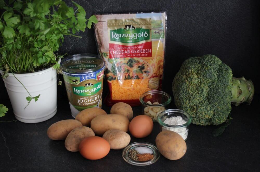 Alle Zutaten für den Kartoffel-Brokkoli-Auflauf auf einen Blick kartoffel-brokkoli-auflauf-Kartoffel Brokkoli Auflauf 01-Kartoffel-Brokkoli-Auflauf mit gerösteten Mandelblättchen