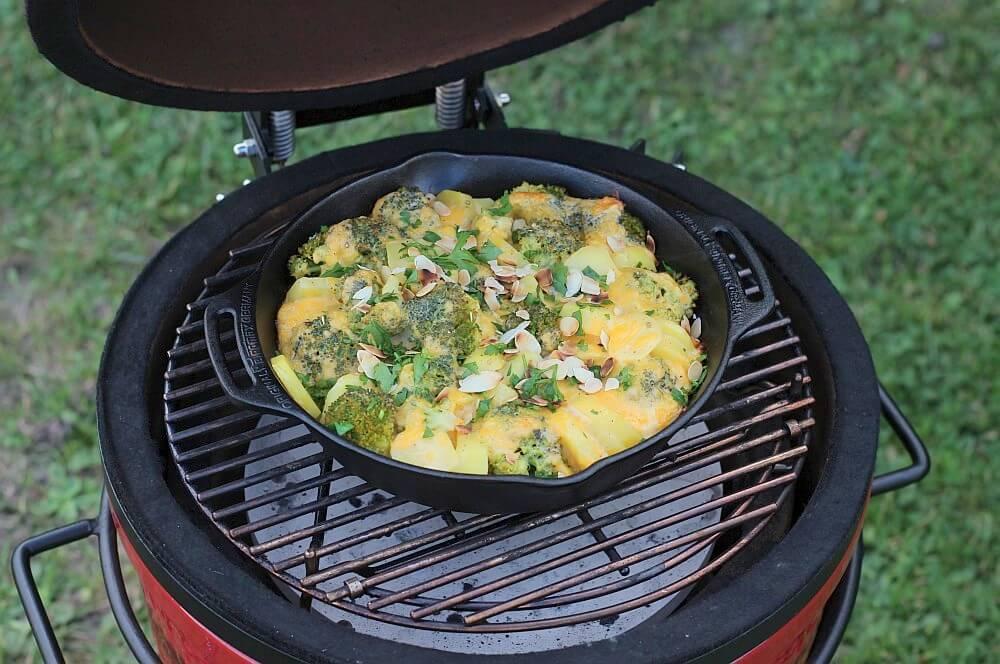 Kartoffel-Brokkoli-Auflauf im Kamado Joe Junior kartoffel-brokkoli-auflauf-Kartoffel Brokkoli Auflauf Cheddar 04-Kartoffel-Brokkoli-Auflauf mit gerösteten Mandelblättchen