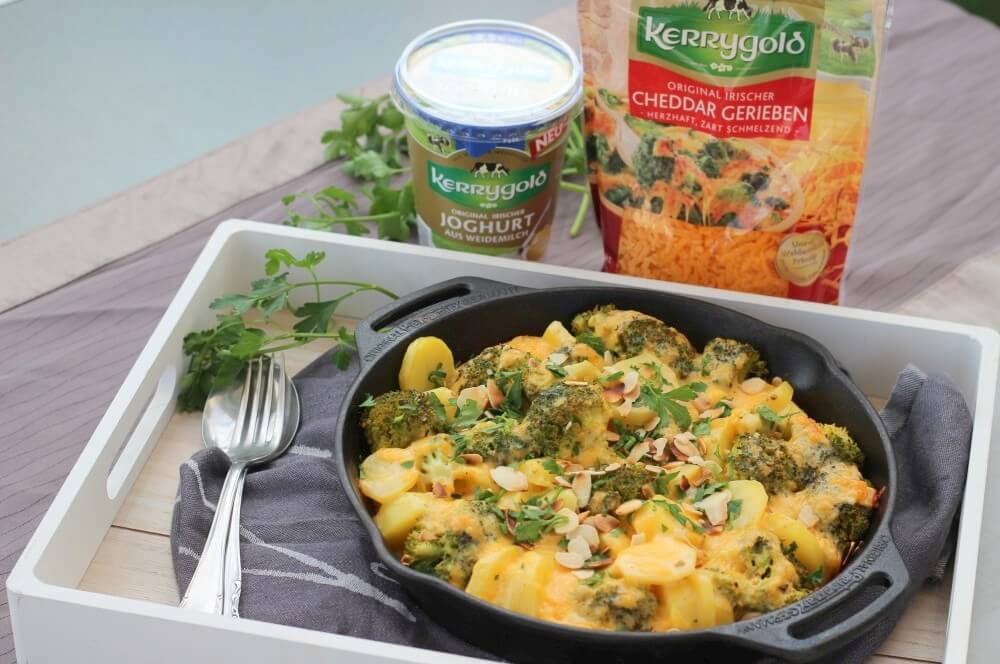 Kartoffel-Brokkoli-Auflauf mit Naturjoghurt und Cheddar kartoffel-brokkoli-auflauf-Kartoffel Brokkoli Auflauf Cheddar 05-Kartoffel-Brokkoli-Auflauf mit gerösteten Mandelblättchen