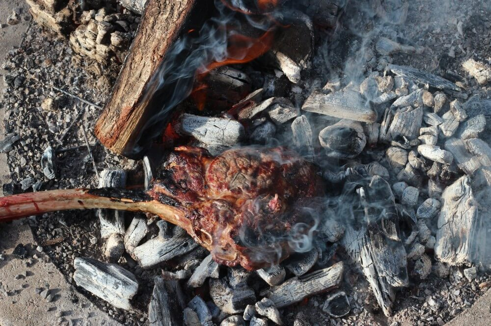 Caveman Steak caveman steak-Caveman Steak Holzkohle 03-Caveman Steak – Tomahawk direkt auf der Holzkohle grillen