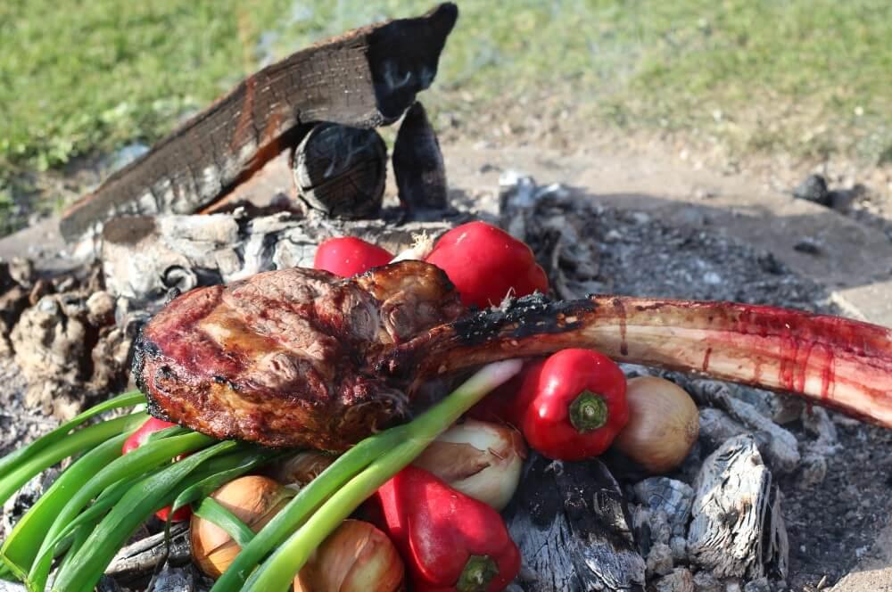 Caveman Steak caveman steak-Caveman Steak Holzkohle 05-Caveman Steak – Tomahawk direkt auf der Holzkohle grillen