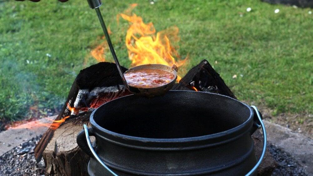 Kochen über offenem Feuer mit dem Potjie potjie-Potjie Topf Gusstopf Potjiekos 06-Potjie – Alles über den südafrikanischen Topf aus Gusseisen