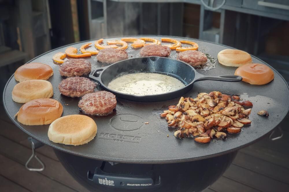 Alle Zutaten werden parallel auf der Moesta-BBQ Disk Feuerplatte zubereitet kürbis-burger-Kuerbis Burger Cheddar Champignons 02-Kürbis-Burger mit Cheddar und Champignons