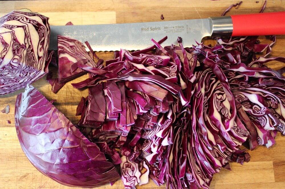 Der Kohl wird in feine Streifen geschnitten rotkohl selber machen-Rotkohl selber machen 02-Rotkohl selber machen – Rezept für Apfel-Rotkohl