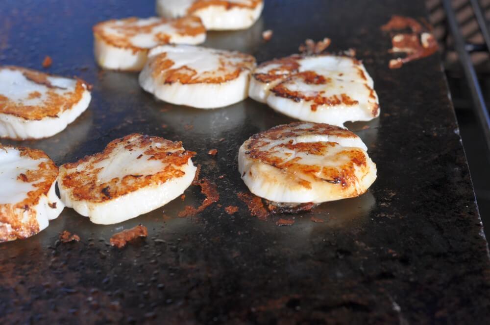 Die Jakobsmuscheln bekommen auf dem Speckstein eine tolle Kruste jakobsmuschel-guacamole fingerfood-snack-Jakobsmuschel Guacamole Tortilla Chip Fingerfood 03-Jakobsmuschel-Guacamole Fingerfood-Snack auf Tortilla-Chip