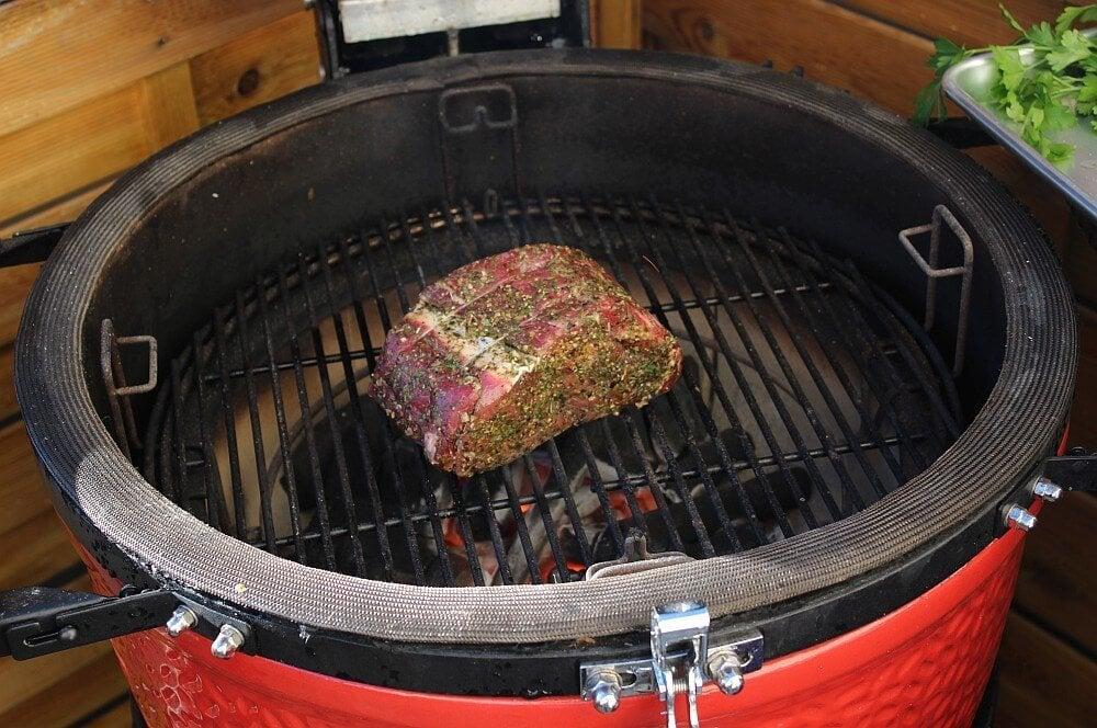 Das Striploin wird direkt angegrillt roastbeef grillen-Roastbeef grillen 05-Roastbeef grillen – Rezept & Anleitung für ganzes Roastbeef vom Grill